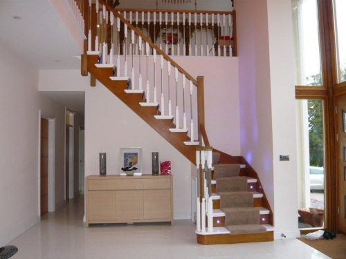 escalier quart tournant à droite de la porte d'entrée