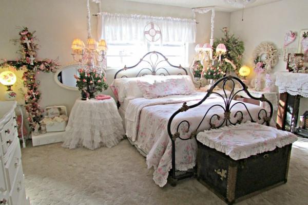 idée déco chambre adulte romantique cadre de lit métal fleurs vivantes