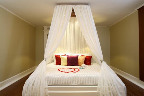 idée déco chambre adulte romantique lit à baldaquin blanc