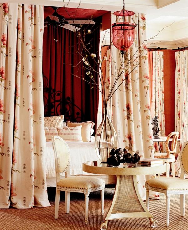idée déco chambre adulte romantique lit à baldaquin chaises rembourrées