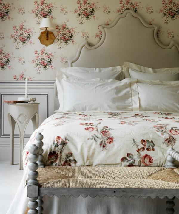 idée déco chambre adulte romantique papier peint et linde de lit motifs floraux