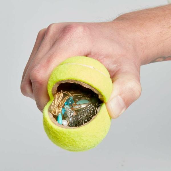 idée de cachette secrète maison balle de tennis