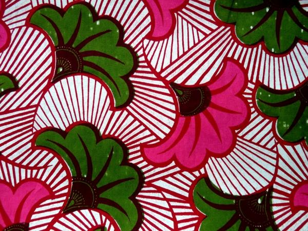 le pagne africain fleurs vertes et roses