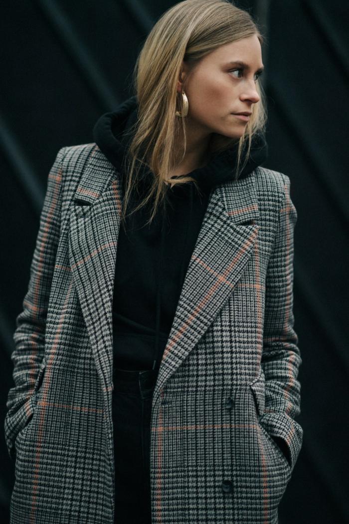 look moderne avec une belle veste carreaux femme