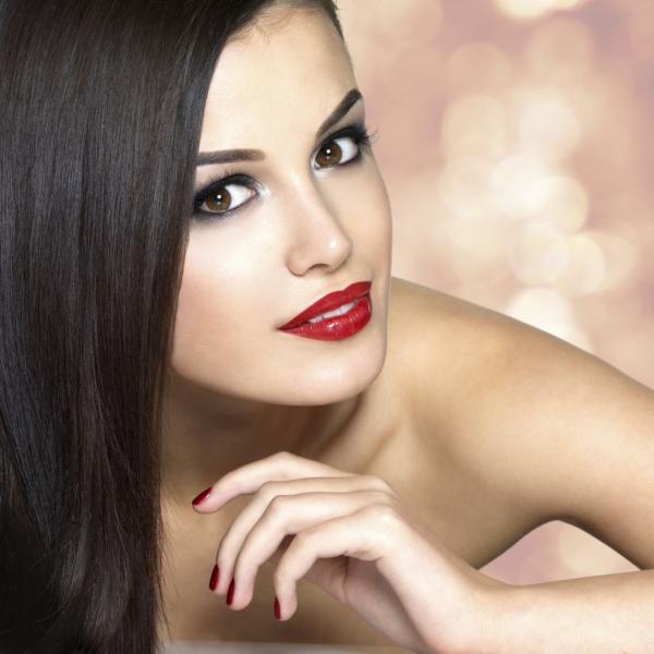 maquillage yeux de biche cheveux bruns et des yeux marrons