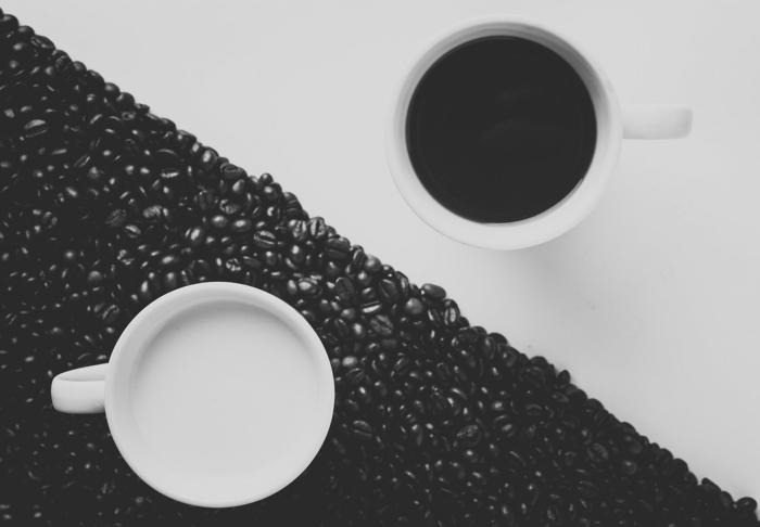 photographie noir et blanc café et lait