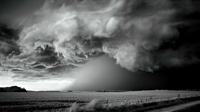 photographie noir et blanc d'un orage