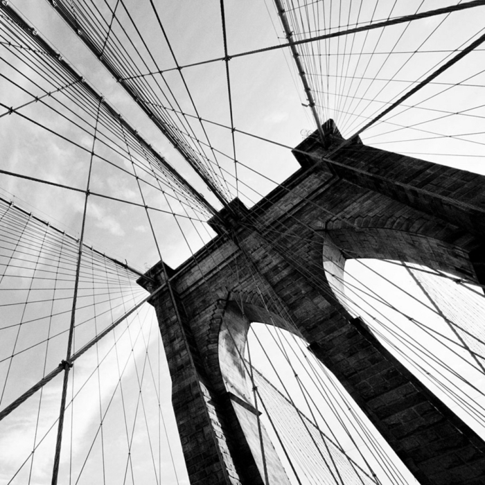 photographie noir et blanc inspirante un pont et ciel