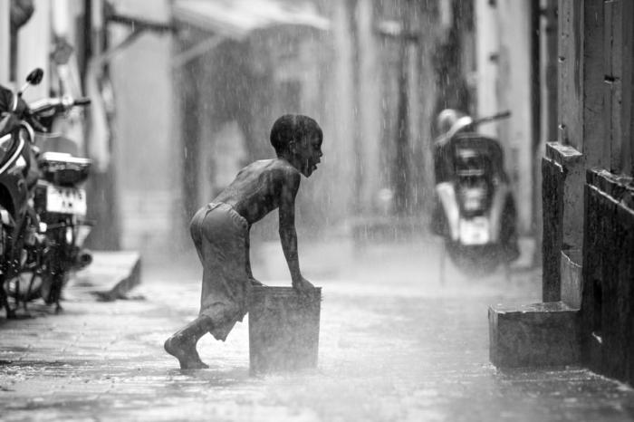 photographie noir et blanc petit garçon