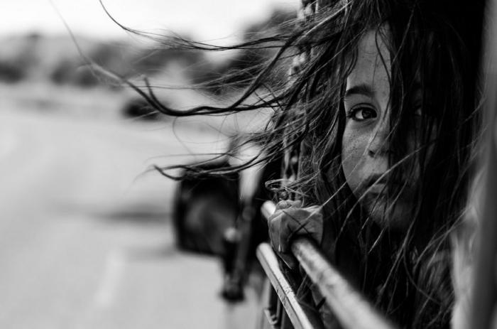 photographie noir et blanc petite fille