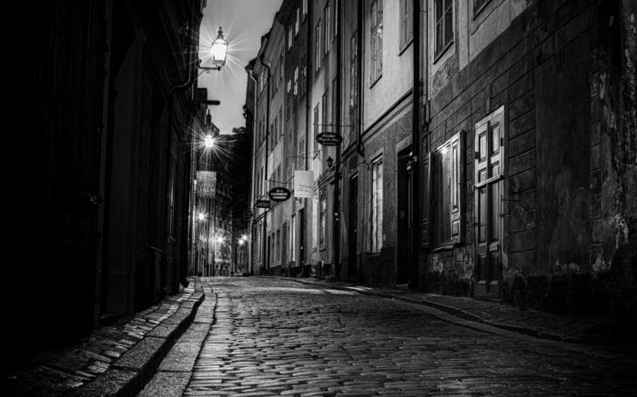 photographie noir et blanc rue pavée