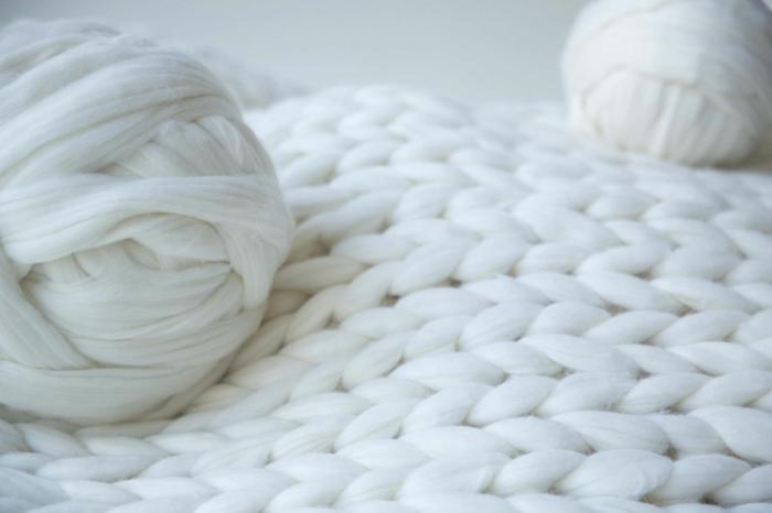 plaid grosse maille et pelote de laine