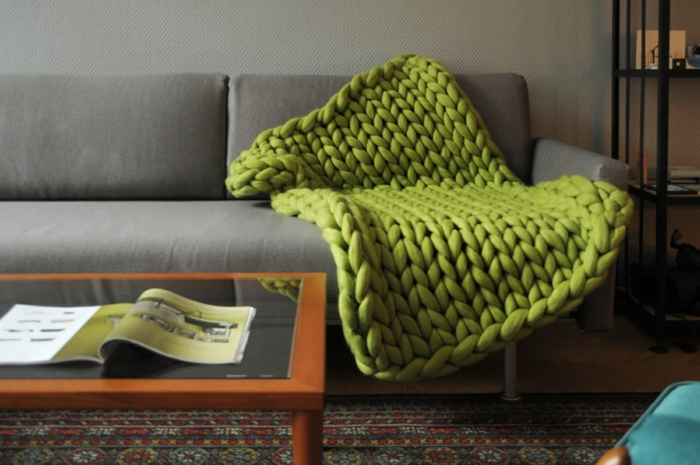 plaid grosse maille sur un canapé