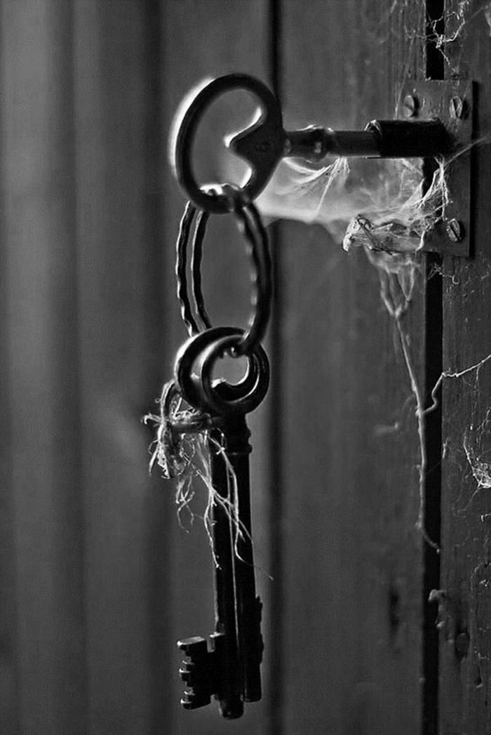 porte avec des clés photographie noir et blanc