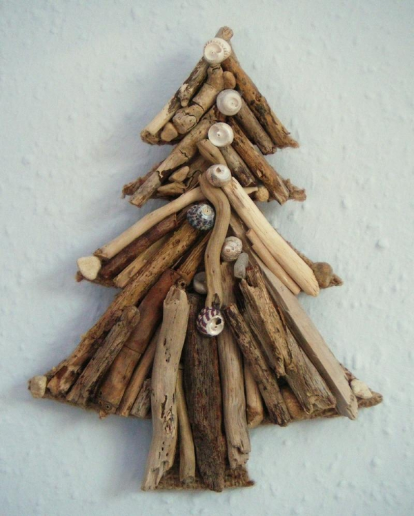 sapin de Noël en bois flotté coquillages le long du sapin