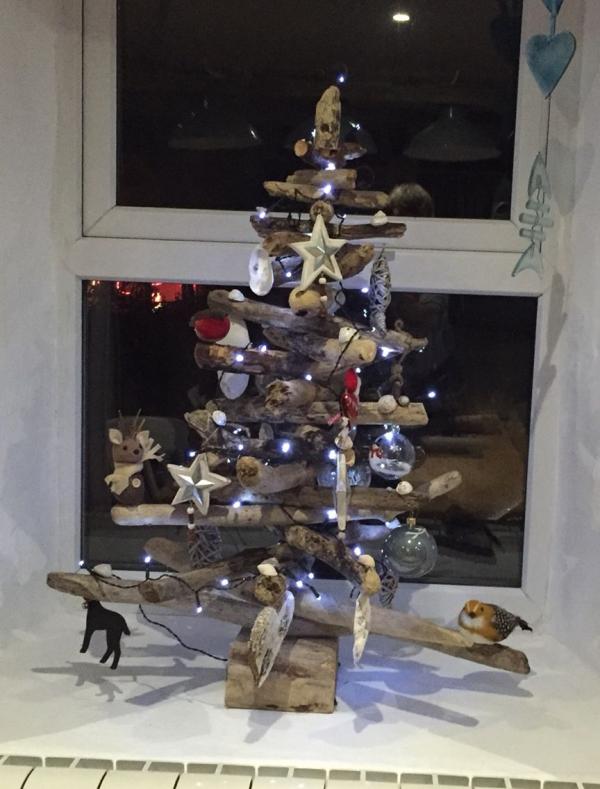 sapin de Noël en bois flotté des étoiles et de petits coeurs
