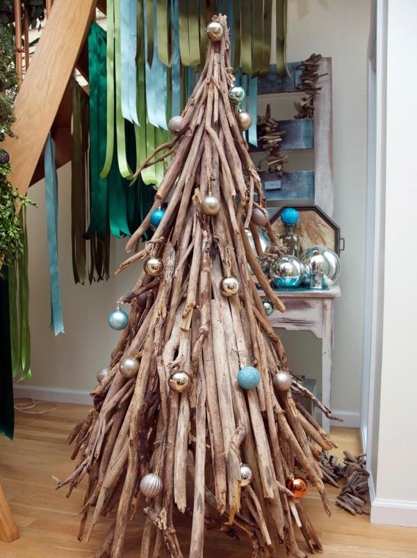 sapin de Noël en bois flotté des boules pour décoration