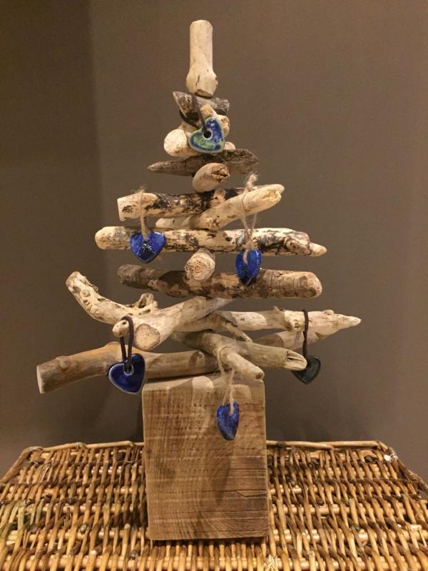 sapin de Noël en bois flotté sur un panier