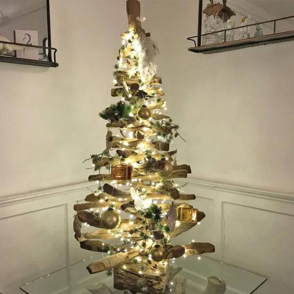 sapin de Noël en bois flotté un arbre illuminé