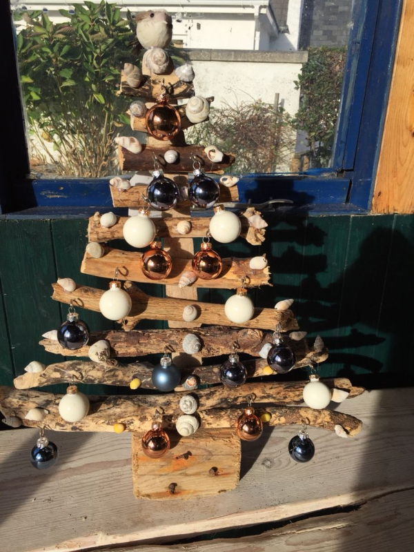 sapin de Noël en bois flotté un bois carré pour support