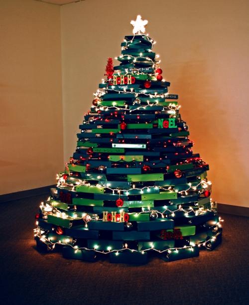 sapin de Noël en carton un tas de livres et de dossiers
