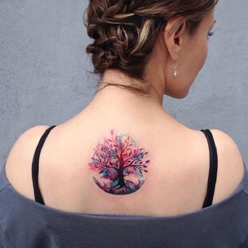 tatouage arbre de vie entre les deux clavicules