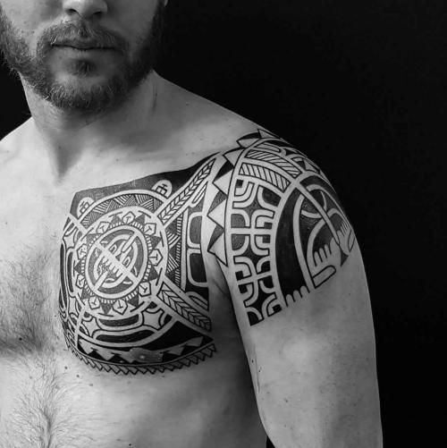 tatouage polynésien épaule et poitrine décorées