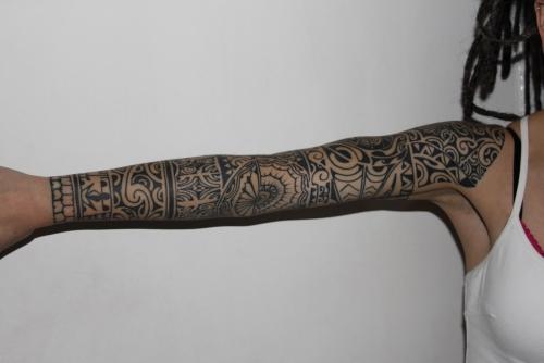tatouage polynésien le bras est réparti en zones