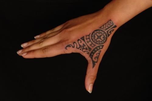 tatouage polynésien le poignet jusqu'au pouce
