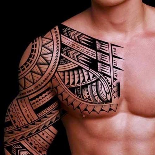 tatouage polynésien poitrine et bras droits