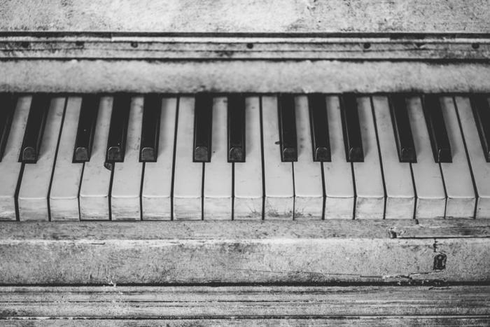 vieux piano photographie noir et blanc