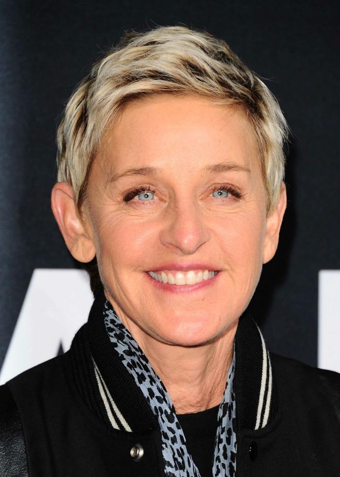 Ellen DeGeneres coupe cheveux courts femme 50 ans coiffure pixie