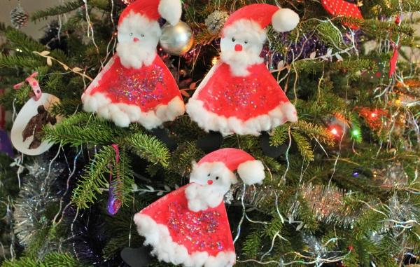 activité manuelle maternelle Noël Pères Noël en papier