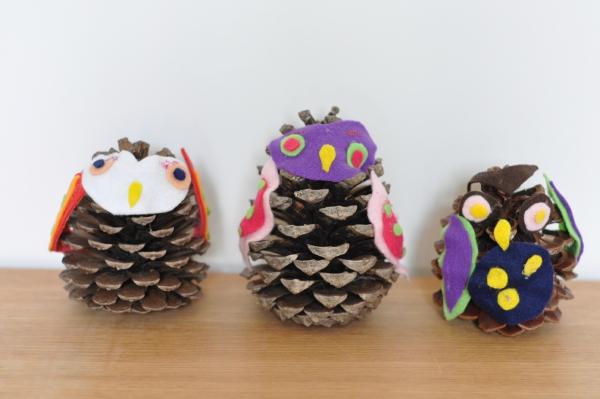 activité manuelle maternelle Noël trois pommes de pin