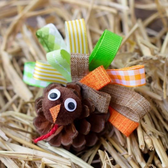 activité noël maternelle déco en pomme de pin et textile