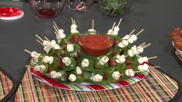 brochettes apéro Noël sauce de tomates dans un bol