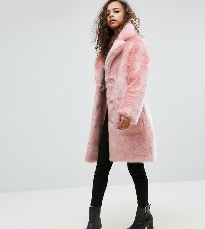 comment porter un manteau en fausse fourrure en rose