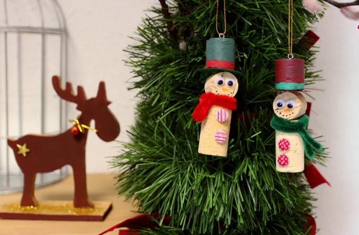 déco bouchon Noël des bonhommes avec chapeaux