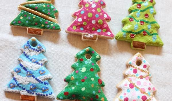 déco de Noël en pâte à sel des sapins décorés