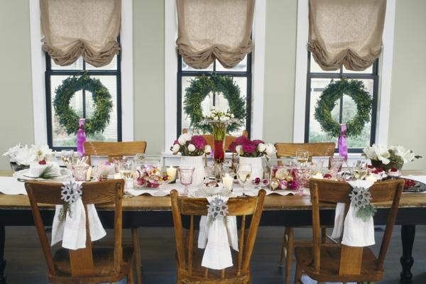 déco de table noël boules de sapin et fleurs