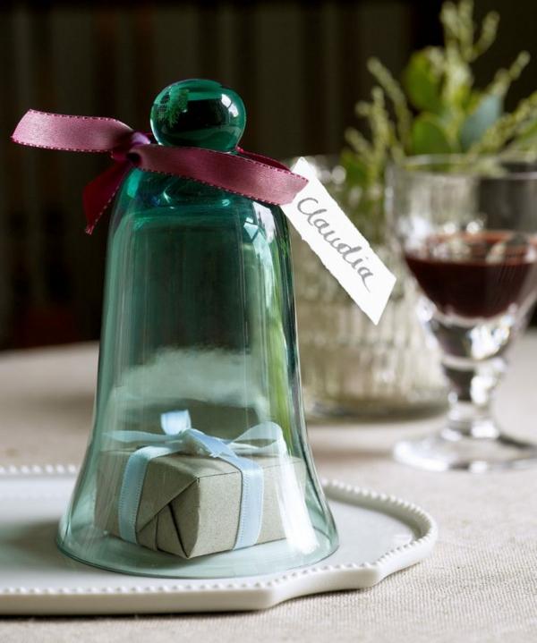 déco de table noël cloche en verre avec cadeau