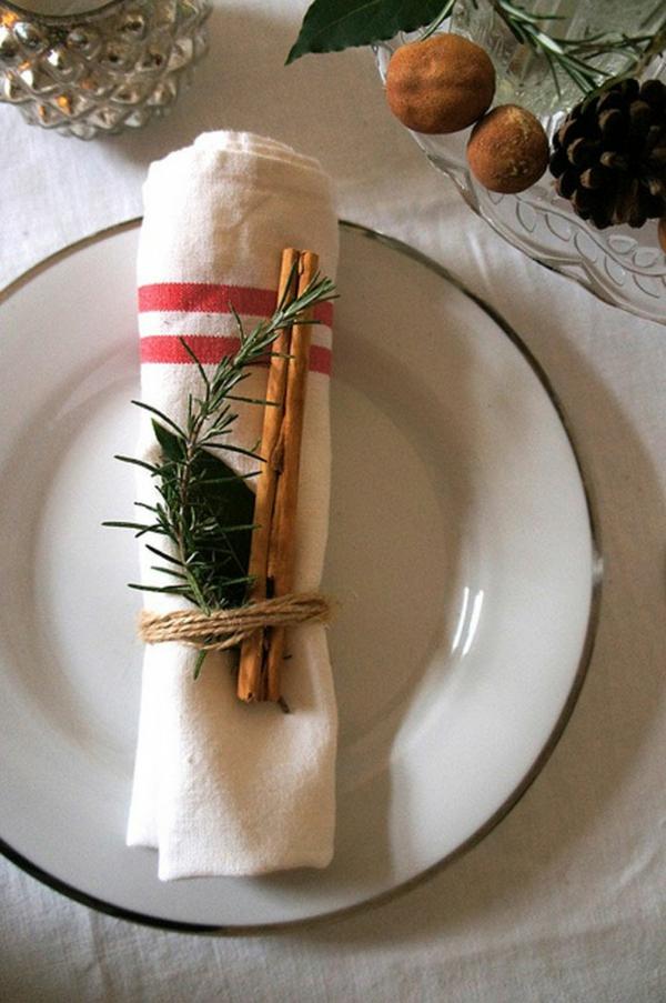 déco de table noël serviette décorée de bâtonnets de cannelle