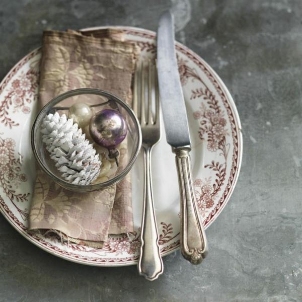 déco de table noël vaisselle motifs floraux pomme de pin