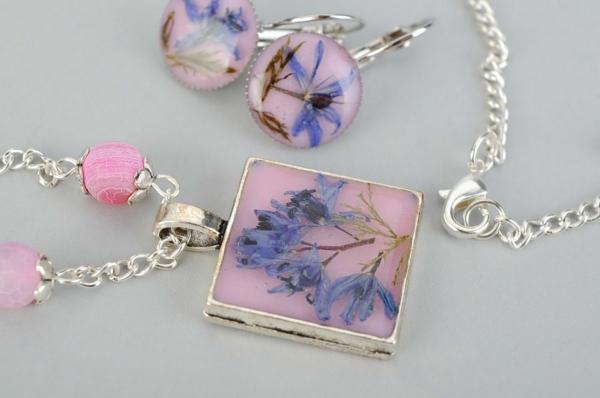 diy bijoux en résine pendentif et boucles d'oreilles fleurs séchées