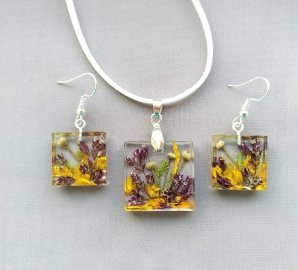 diy bijoux en résine pendentif et boucles d'oreilles forme carré fleurs
