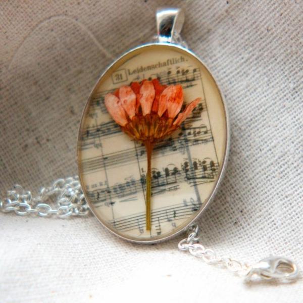 diy bijoux en résine pendentif fleur et papier