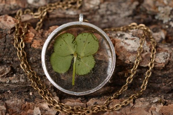 diy bijoux en résine pendentif trèfle à 4 feuilles