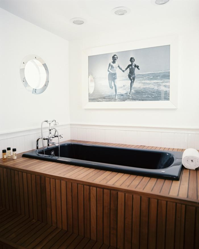 estrade en bois dans la salle de bains