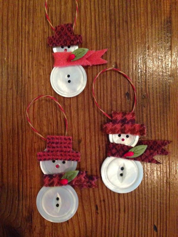 idée bricolage noël bonhomme de neige à suspendre boutons