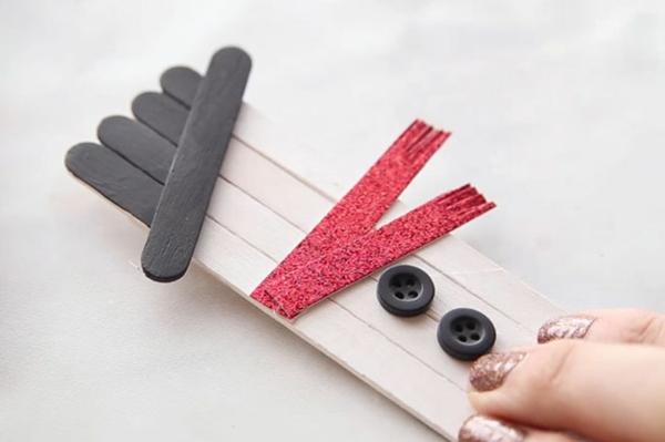 idée bricolage noël bonhomme de neige bâtonnets de glace boutons